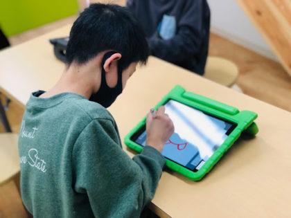 スケッチスクールに参加する小学生男の子